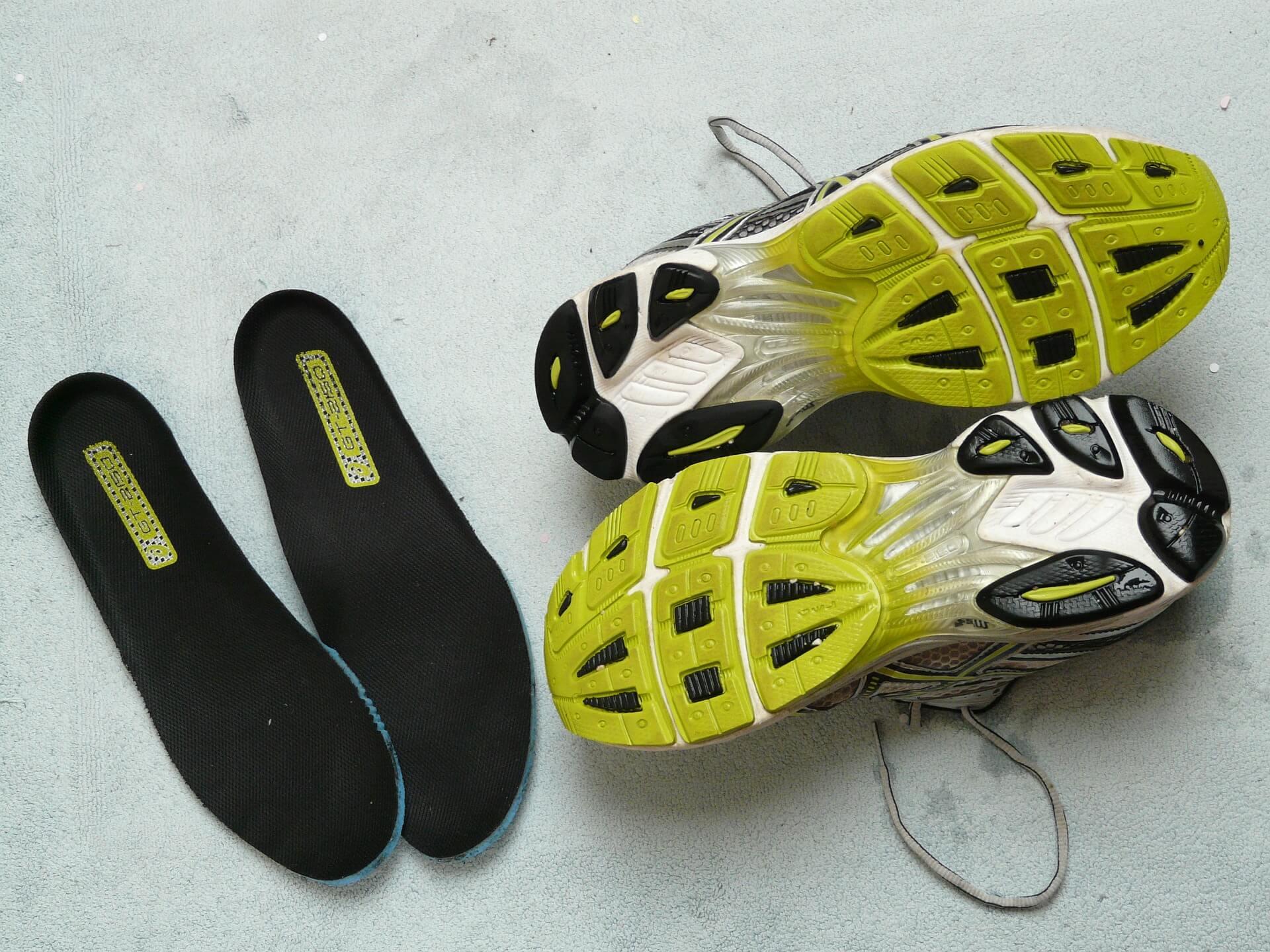 Einlagen für einen passenden Sportschuh in schwarz und gelb