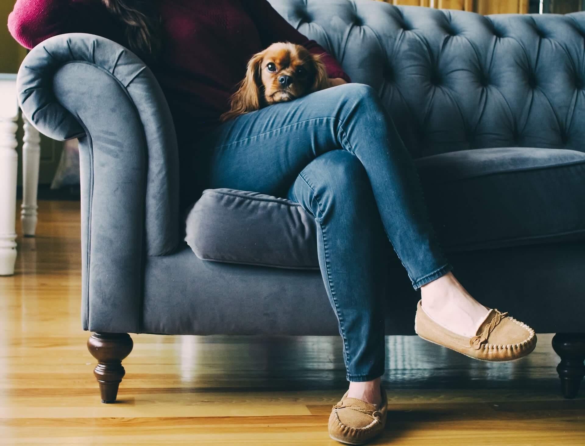 Frau sitzt auf einer Couch